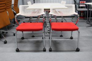 「vitraアドホックミーティングテーブル& ビザロールチェア5点セット」1組入荷しました。