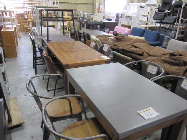 重厚感溢れるダイニングテーブル